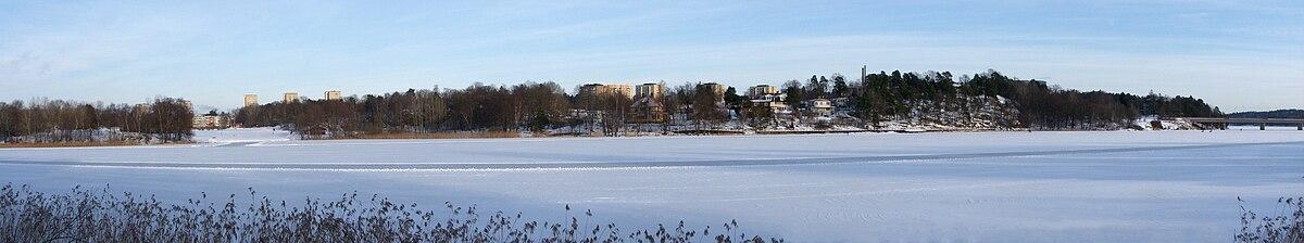 Vy over den vestlige del af Farsta strand fra Magelungen is i januar 2011.   Længst ud til højre ses Ågestabron.