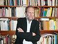 Federico González en su biblioteca.JPG