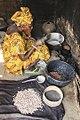 Femme grillant les arachides, Nema Bah, Sine Saloum, Sénégal.jpg
