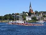 Flensburger Hafen mit Drachenboote und St. Jürgen-Kirche im Hintergrund (Flensburg 2013), Bild 02.JPG