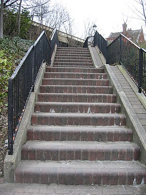 English: Flight of steps Running up to the rai...