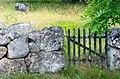 Gammal stenmur och en grind på en äng på ön Tjärö i Blekinge.jpg