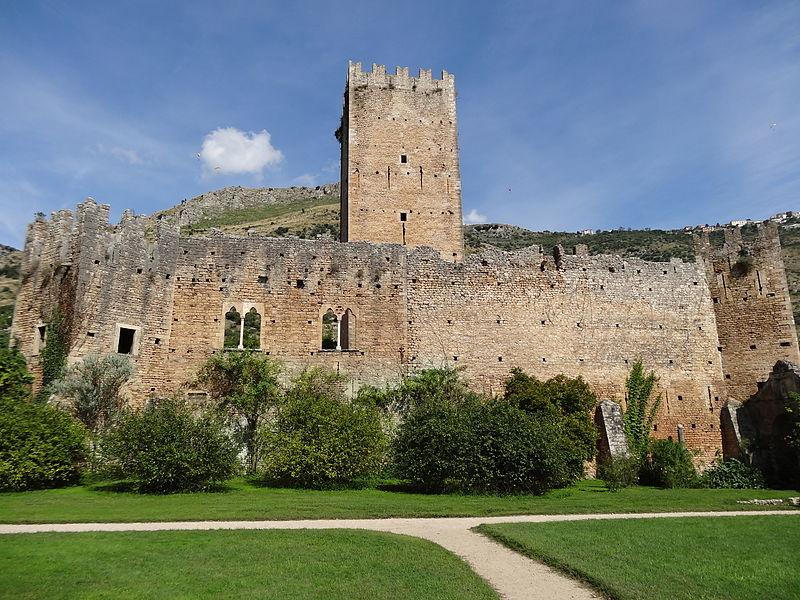 Arquivo: Jardim da Ninfa castle.jpg