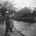 Generaal Kruls salueert tijdens het defilé, Bestanddeelnr 900-9779.jpg