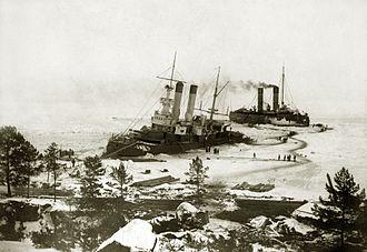 Yermak (1898 icebreaker) - Yermak assisting the stranded warship Apraxin, 1900
