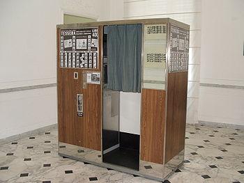 Un apparecchio modello anni settanta per immagini fotografiche di rapido sviluppo esposto al Museo d'arte contemporanea Villa Croce