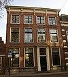 foto van Huis met statige lijstgevel, vier vensters breed, met consoles