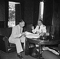 Gouverneur Klaasesz (rechts) in gesprek met een ambtenaar bij de voorbereiding v, Bestanddeelnr 252-2504.jpg