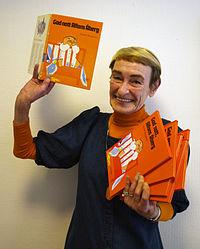 Gunilla Bergström med en bunke eksemplarer af bogen.