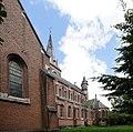 H. Hartkerk (Hoboken) (België) - Zijaanzicht - Kruisbeuk (op de voorgrond), zijbeuk, middenbeuk en doopkapel Oeuvre van de architecten Triphon De Smet & Frans Van Rompaey.jpg