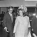 H. K. H. Prinses Margriet en Mr. Van Vollenhoven komen aan op Schiphol na bijwon, Bestanddeelnr 922-7785.jpg