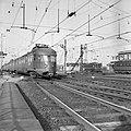 HUA-150930-Afbeelding van een electrisch treinstel mat. 1946 van de N.S. aan de noordzijde van het Centraal Station te Utrecht. Rechts staan twee electrische locomotieven uit de serie 1100.jpg