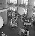 Hadassah universitair medisch centrum Een blik in de kantine vanaf een gaanderi, Bestanddeelnr 255-4925.jpg