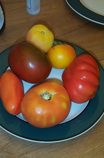 Various heirloom tomato cultivars
