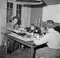 Het gezin zittend aan de eettafel met de avondmaaltijd, Bestanddeelnr 252-8768.jpg