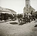 Hetivásár a Jókai (Péczely) téren, háttérben a református templom. Fortepan 92240.jpg