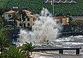 Hohe Atlantikwellen brechen sich am Strand von Santa Cruz (Madeira). 11.jpg