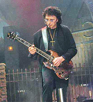 Toni Iommi playing a true left-handed guitar (...