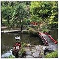 Jardin japonais au Parc de la Villa Champ Fleuri à Cannes, pont sur la pièce d'eau, image carrée.jpg