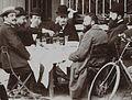 Jules Beau attablé après le départ du Paris-Bordeaux 1901.jpg