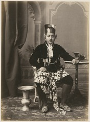 KITLV 10004 - Kassian Céphas - Javanese man in court dress, belonging to the family of Hamengkoe Buwono VII sultan of Yogyakarta - Around 1885.tif