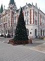 Karácsonyfa és Polgármesteri Hivatal, 2018 Újpest.jpg