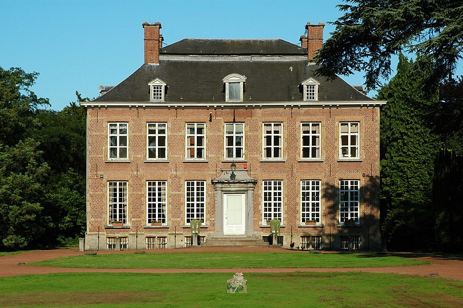 Western (main) facade of the Kasteel van Berlare (Castle of Berlare). Onroerend erfgoed, address: Dorp 1, Berlare, Belgium.