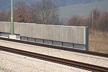 Una barriera antirumore installata ai bordi di una linea ferroviaria