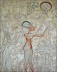 Фараон Эхнатон со своей семьёй совершают подношения Атону