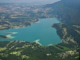 Le lac d'Aiguebelette, en juillet, vu du mont Grêle