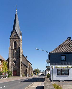 Simmerath - Image: Lammersdorf, die katholische Pfarrkirche Dm 128 in straatzicht foto 3 2016 09 09 12.33