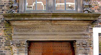 Latin school - Instription above the entrance of the former Latin school in Gouda: Praesidium atque decus quae sunt et gaudia vitae - Formant hic animos Graeca Latina rudes
