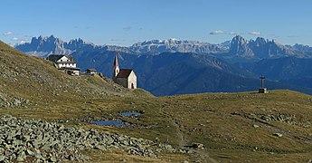 Latzfonser Kreuz mit Dolomiten.jpg