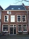 foto van Pand met gevel met rechte kroonlijst en hoog zadeldak. Voorgevel 19e eeuw vernieuwd, huis van oudere oorsprong