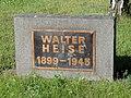 """Das Denkmal für Walter Heise: Ein Granitblock mit Kupfertafel mit der der Aufschrift """"Walter Heise 1899–1945"""""""