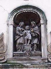 Socha Svatá Rodina ve výklenku domu 21/43 v Letenské ulici