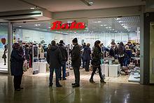 319c5417c6c3b7 Liquidation du magasin Bata Les Halles à Strasbourg le 26 avril 2016.