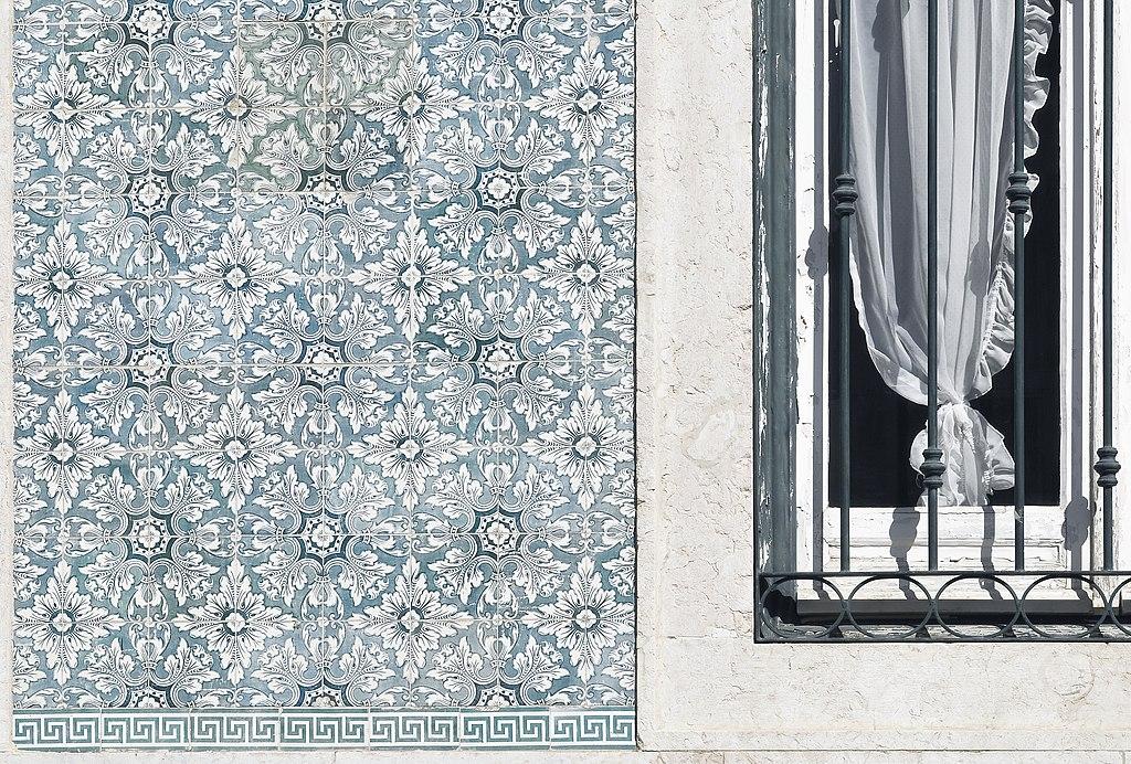Fenêtres et azulejos dans le quartier de Chiado à Lisbonne - Photo de LBM1948