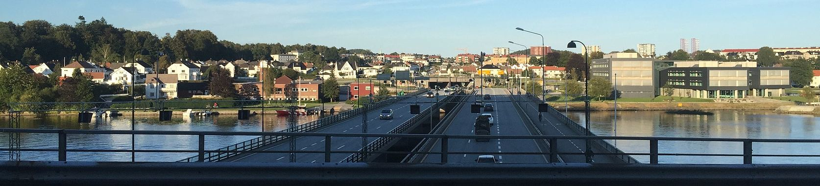 Oddernesbrua from Kvadraturen to Lund, with Gimle to the left and Kjoita park to the left. The Otra river runs between and the bridge is a part of E18 Lundsiden1.jpg
