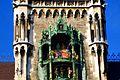 München - Marienplatz - Glockenspiel am neuen Rathaus - panoramio.jpg