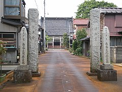 Main gate of Eiryo-ji temple in Nagaoka.jpg