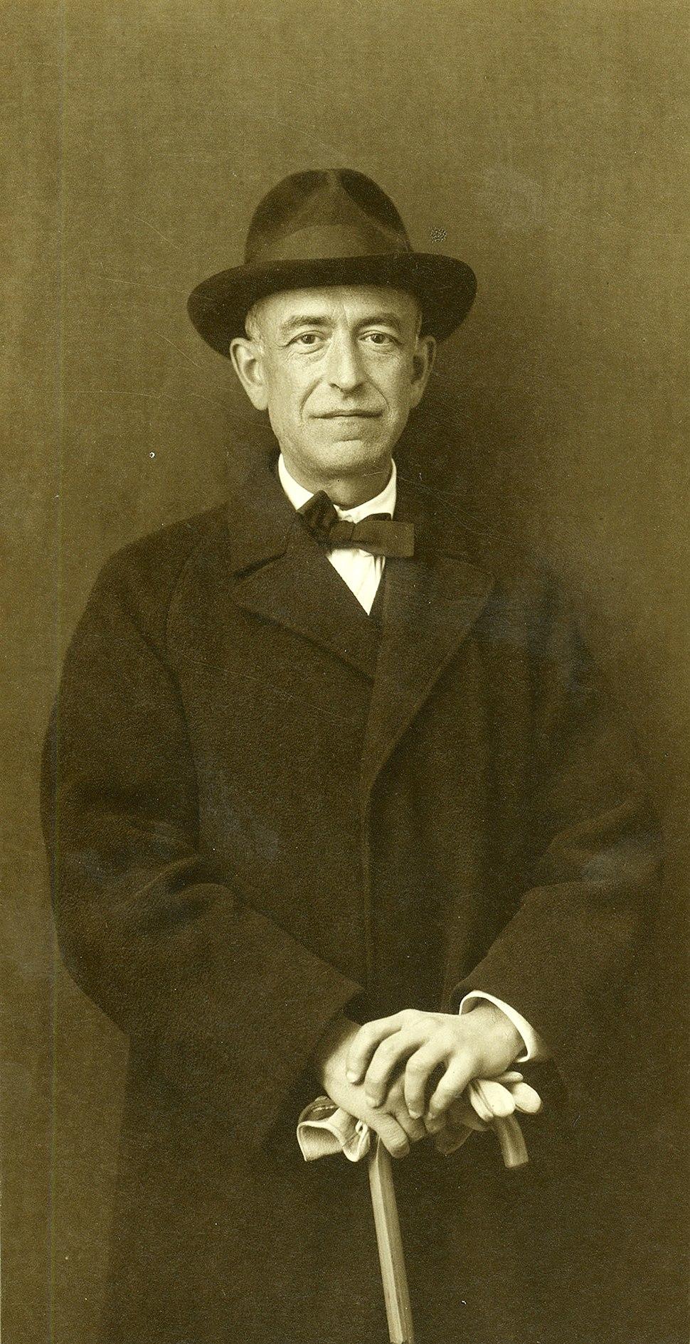 Manuel de Falla con bastón