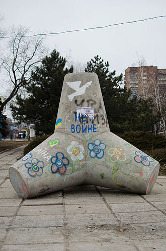 January 2015 Mariupol rocket attack - Tetrapods in Mariupol with pro-Ukrainian and pro-peace graffiti