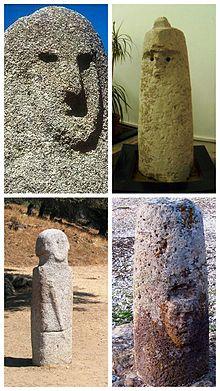 — In alto a sinistra: statua-menhir, volto in rilievo da Filitosa. — In alto a destra: statua betilo nuragica, guerriero con elmo crestato da (Viddalba), Museo Sanna. — In basso a sinistra: statua menhir, guerriero con spada, da Filitosa. — In basso a destra: betilo nuragico con volto in rilievo, da San Pietro di Golgo, (Baunei).