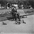 Mies ruokkii kyyhkysiä Runebergin Esplanaadilla. - N2024 (hkm.HKMS000005-000001cv).jpg