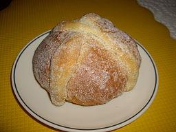Perinteinen kuolleiden leipä eli pan de muerto eli miquiztlaxcalli. Photo by Fluence, donated by artist in public domain