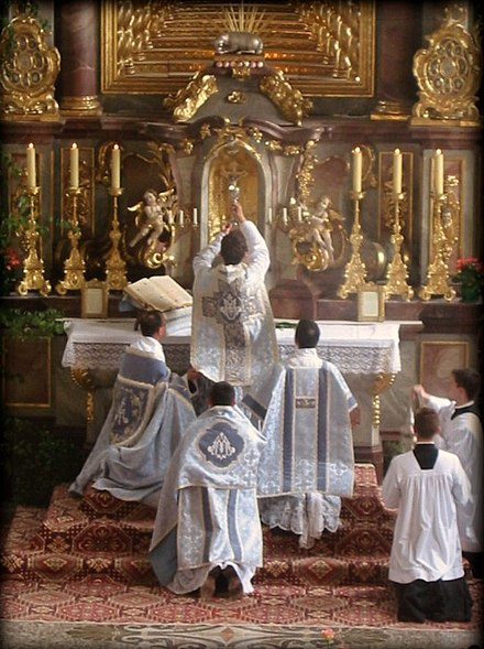 Elevation of the chalice before an altar after the consecration during a Solemn Mass of Tridentine Mass Missa tridentina 002.jpg