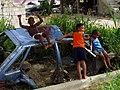 Missione del Guaricano-ragazzi vicino a una vecchia auto.jpg