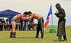 Mongolskie zapasy na lokalnym festiwalu Naadam (02).jpg