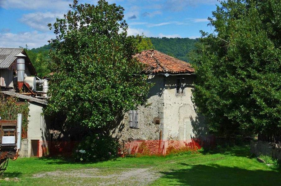 Le moulin comportait plusieurs meules destinée à la farine et au traitement de la laine de mouton.